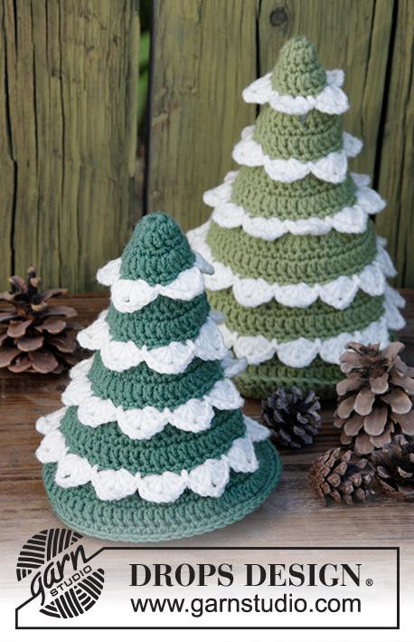 The Christmas Forest / DROPS Extra 0-1398 - Sapins de Noël au crochet, en DROPS Merino Extra Fine.