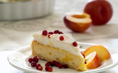 Biezpiena, siera un jogurta kūka ar nektarīniem