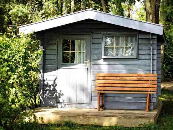 Heutzutage gibt es tolle Alternativen zu gewöhnlichen Holz Gartenhäusern. So hast du beim Kunststoff Gartenhaus keine lästigen Nacharbeiten wie das Streichen oder die Lasur notwendig. (Bildquelle: pixabay.de/Antranias)