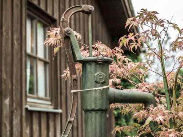 Früher wurden einfachste Wasserpumpen mit Hand betrieben. (Foto:Didgeman / pixabay.com)