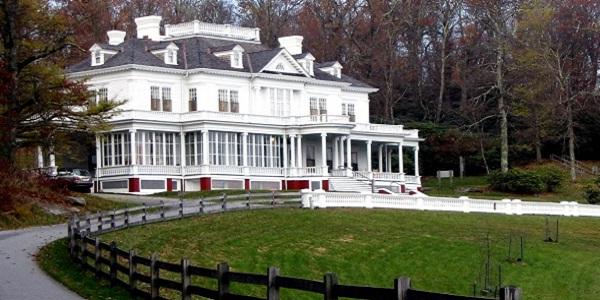 Eine Villa mit Weidezaun