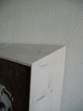Walnuss Maser Furnier, lackiert. Fichtenrahmen, weiß lasiert. Walnut Burl veneer painted, white stained Spruce frame. 97cm x 73.5cm x 12cm
