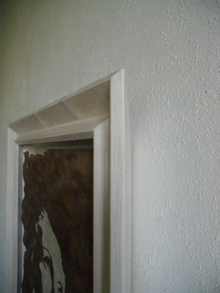 Walnuss Maser Furnier, lackiert. Fichtenrahmen, weiß lasiert. Walnut Burl veneer painted, white stained Spruce frame. 98cm x 69cm x 10cm
