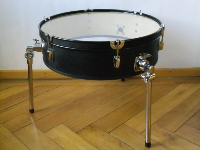 Schlagzeug Bass Trommel, 6mm Float Glas, Textil, Gurt, MöbelÖl. Bass drum,6mm float glass,fabric,cord. Size: 49cm H x 58cm W