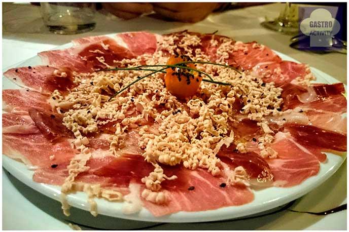 Carpaccio de presa ibérica, jamon y foie restaurante El Ruedo Candelario Salamanca