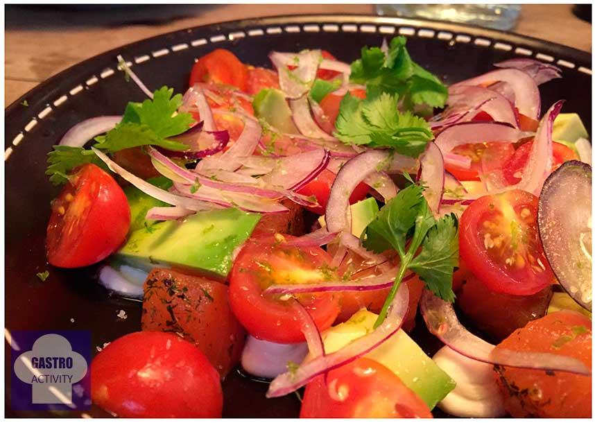 Ensalada de Ensalada de aguacate, salmón, queso, tomate, cebolla roja, vinagreta, cilantro y lima Restaurante Tandem Madrid