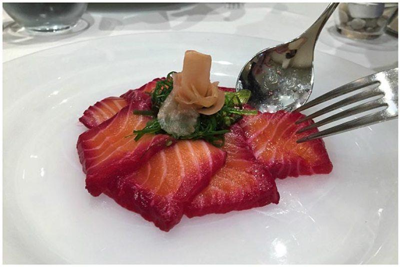 Sashimi de salmón encurtido en remolacha con humo de coco Restaurante Conlaya Madrid