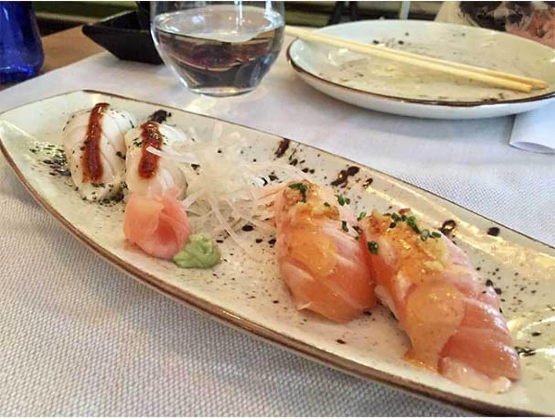 Niguiris de pez mantequilla con anticucho y Niguiris de salmon flambeado Sky Sushi and Ramen Bar