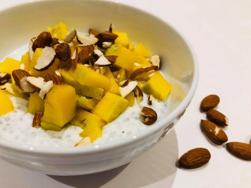 Chiagrød med mango og mandler