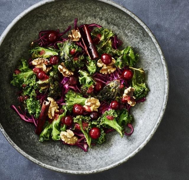 Salat med rød spidskål, ristet grønkål, syltede tranebær og valnødder