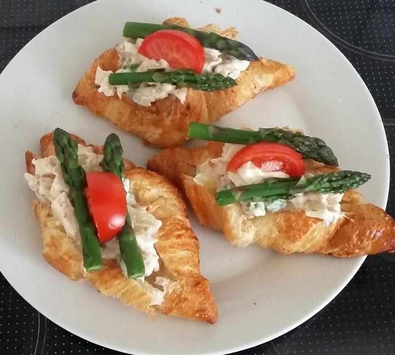 Croissant med hønsesalat og asparges