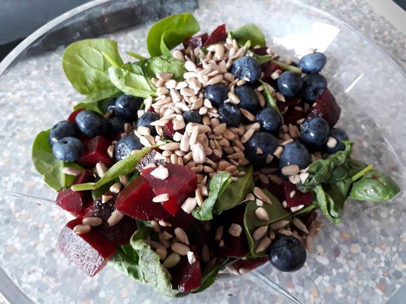 Salat med spinat og rødbeder