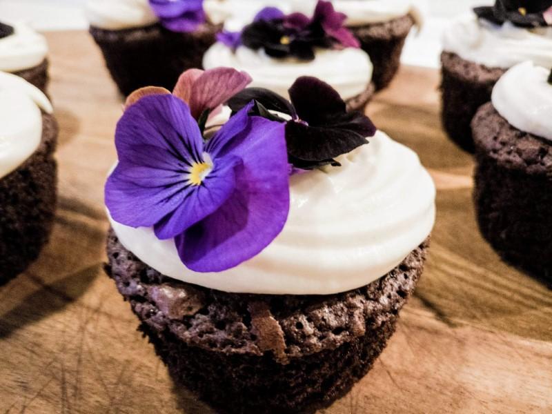 Chokolademuffins med hvid chokolade ganache og blomster
