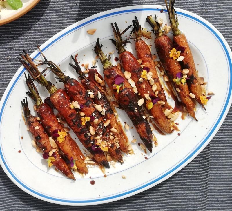 Stegte og flamberede gulerødder med misoglaze bliver forhåbentlig en af sommerens favoritter