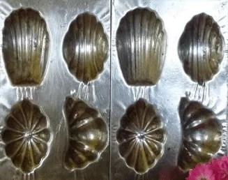 Ancien moule à madeleine en fer blanc