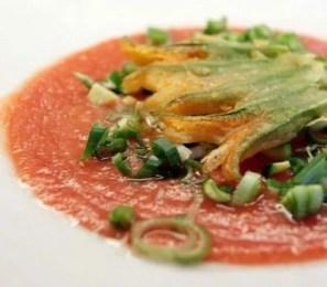 Soupe froide de tomate aux fleurs de courgettes
