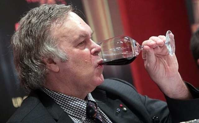 Robert Parker dégustant un vin