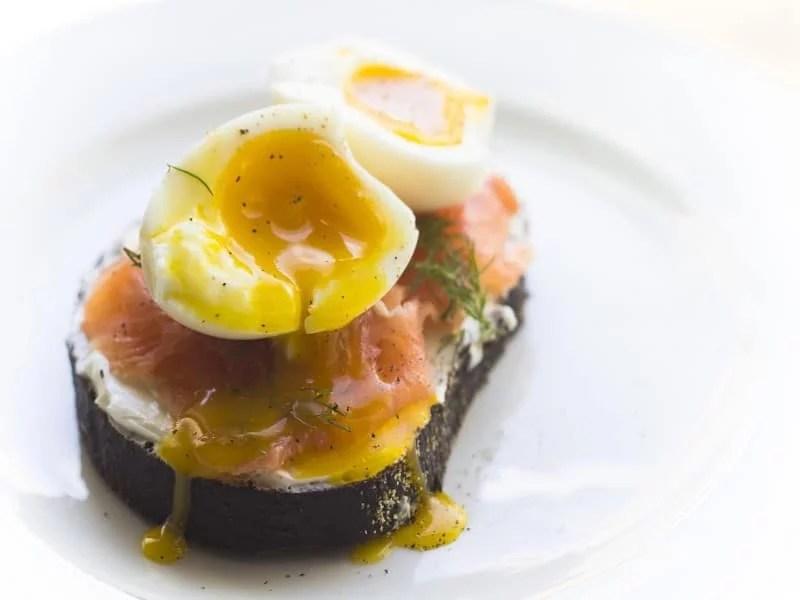 Œuf mollet sur un toast au saumon fumé