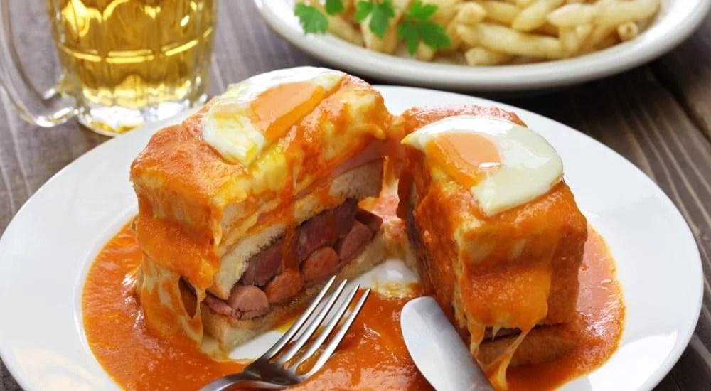 Francesinha à l'œuf au plat