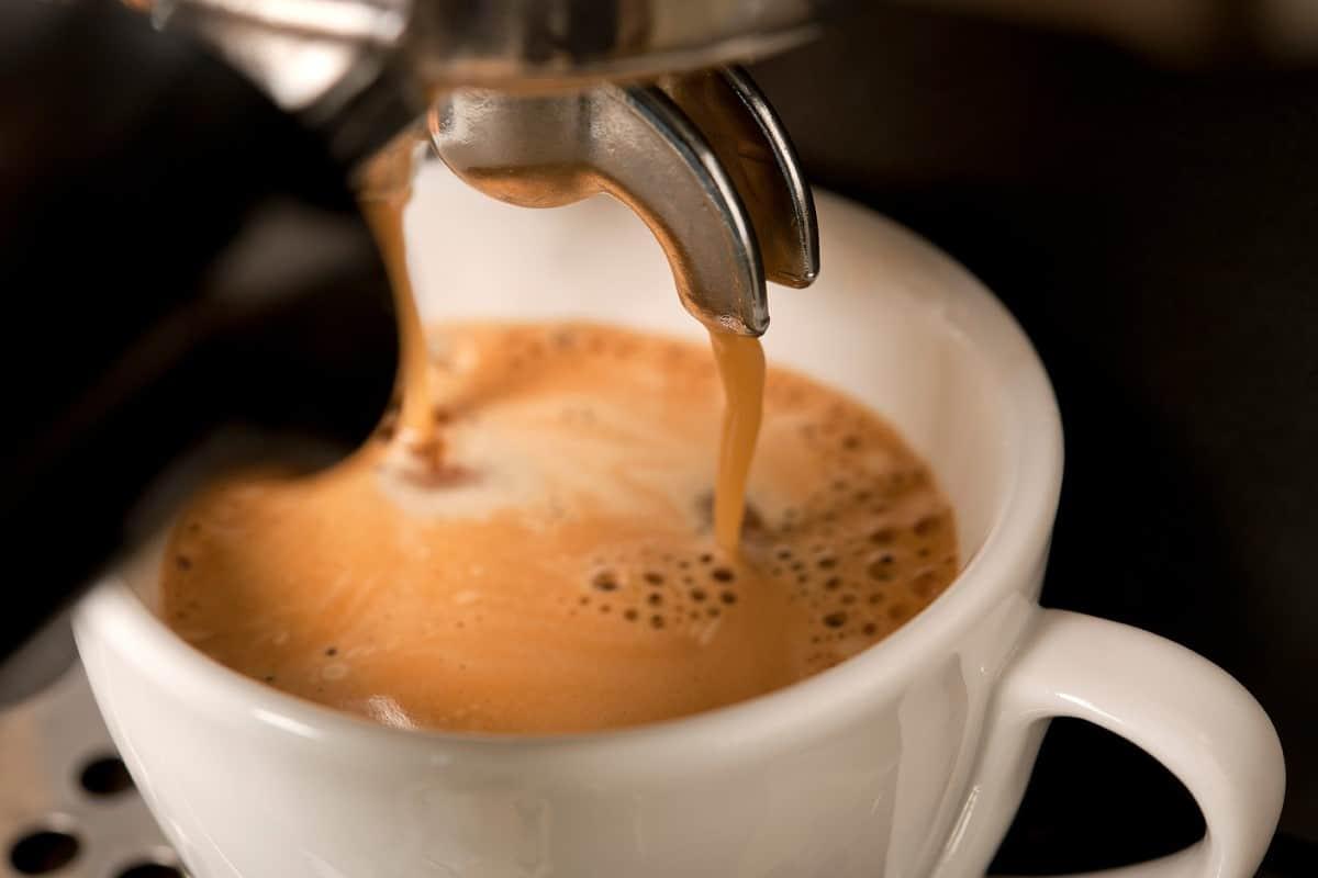 Café expresso sous la machine