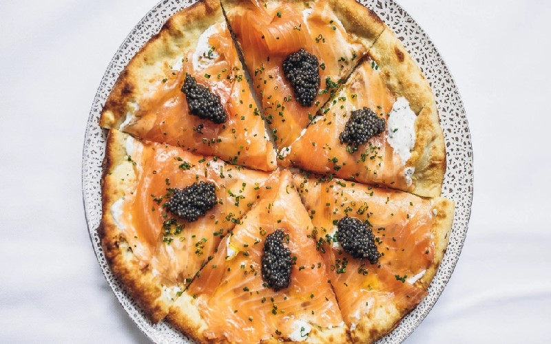 Pizza au saumon fumé et caviar