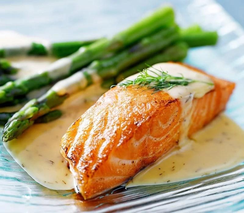 Dos de saumon sauce béarnaise et asperges vertes