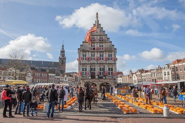 Marché du gouda et hôtel de ville de Gouda au Pays-Bas