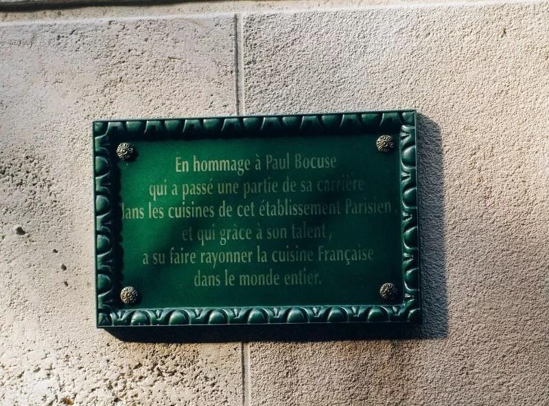 Plaque en hommage à Paul Bocuse apposée sur un restaurant Ratatouille à Walt Disney Studios