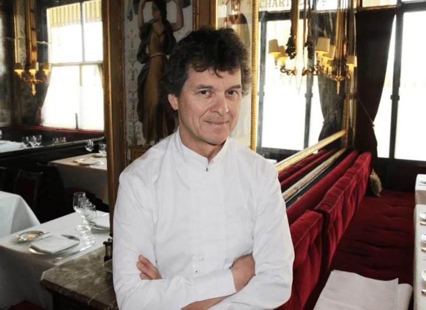 Guy Martin dans la salle du restaurant Le Grand Véfour