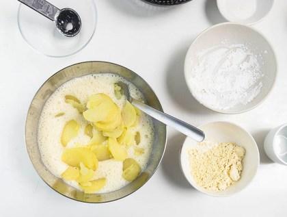Mezclando ingredientes para tortilla vegana