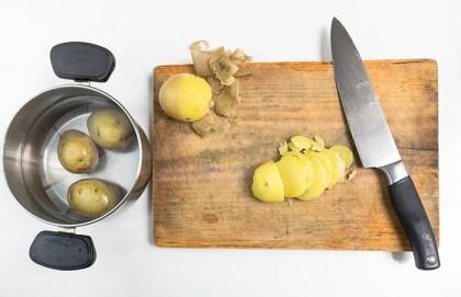 Cortando patatas cocidas