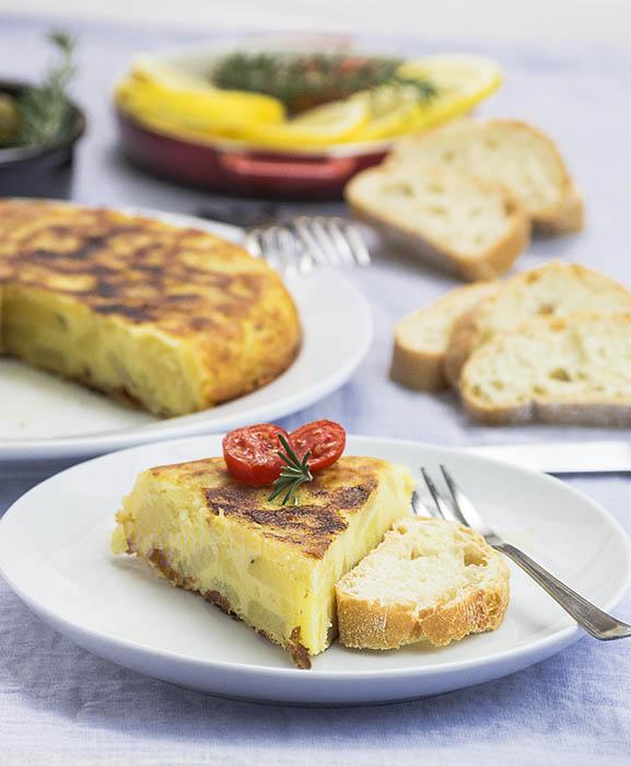 Tortilla de patatas vegana hecha con patatas cocidas