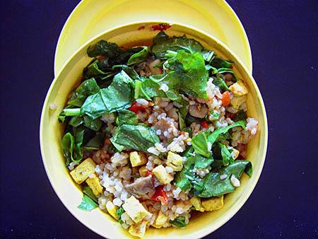 Ensalada de arroz, tofu, setas y espinacas (perfecta para la oficina)