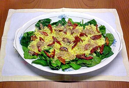 Ensalada de espinacas, arroz y tomate con vinagreta y hummus