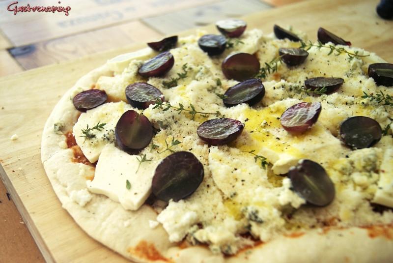 Pizza de quesos y uvas