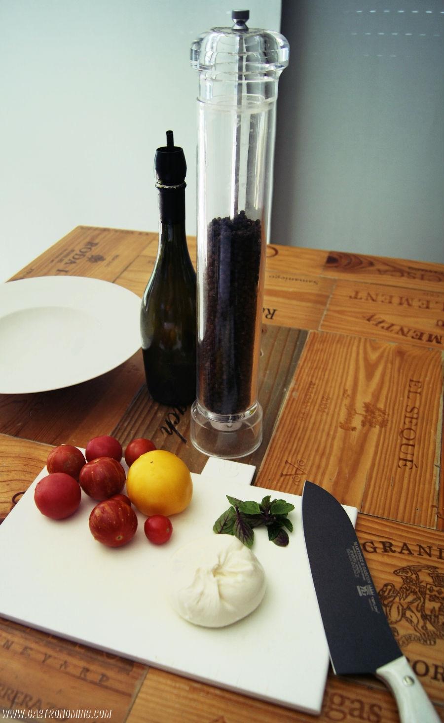 Ensalada de burrata, tomates y albahaca fresca