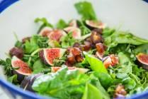 Salat mit NOAN Classic, Trauben Balsam Essig und Salz abschmecken