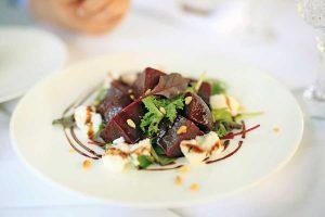 Kosmopolitischer Mix im Restaurant LE'O Salade Genovese mit roter Rübe, Ziegenkäse und Pinienkernen
