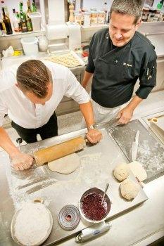 Kreatives teigiges Backen Haubis Kothmühle Profis unter sich: Robert Plank von Haubis und Küchenchef Wolfgang Draxler veredeln den Haubis-Briochestriezel zu köstlichen Buchteln