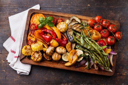Grillfleisch und Fisch kaufen: Gemüse vom Grill schmeckt besonders intensiv und aromatisch und ist ein Blickfang auf jedem Teller.