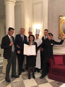 Hotel Sacher : HR Managerin Mette Bjerregaard (mit Urkunde) mit Hoteldirektor Reiner Heilmann und einigen der Lehrlinge
