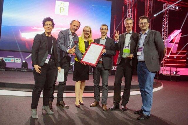 v.l.: Karoline Simonitsch (Vorsitzende der Jury), Leo Bauernberger (Geschäftsführer SLTG), Bundesministerin Margarete Schramböck, Martin Reichhart, Gregor Matjan und Rainer Edlinger (alle SLTG).