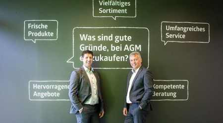 Die beiden Geschäftsführer Michael Kager-Foltin (li.) und Peter Buchner präsentieren stolz den renovierten AGM in Spittal/Drau.