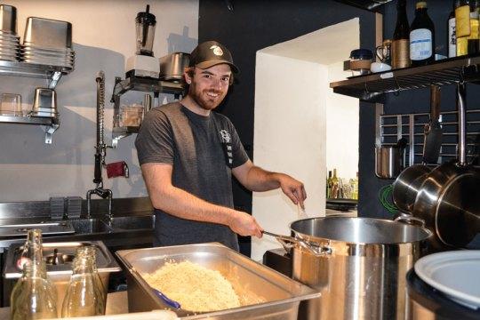 """Ausgeklügelte Abläufe: """"Wrapstars""""-Küchenchef David Weber im Geschehen (mit Mitarbeiterin Sidonie)"""