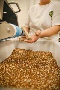 Handarbeit ist in der glutenfreien Backstube besonders gefragt.