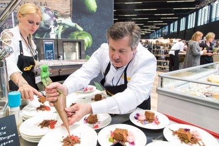 PUR in Salzburg : Hauseigene Spitzen- und Haubenköche von Transgourmet Cook präsentieren einem Fachpublikum, was künftig auf die Teller kommt.