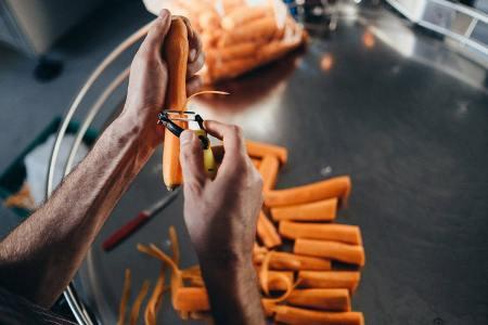 Für den Julienne-Schnitt zu klein geratene Karotten werden händisch aussortiert und zu Saft verarbeitet.
