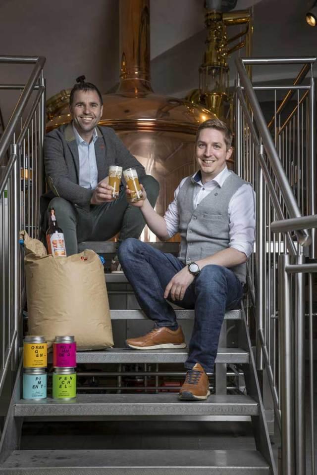 Stiegl-Hausbier Stiegl-Kreativbraumeister Markus Trinker (li) und Gewürz-Experte Lukas M. Walchhofer (geschäftsführender Gesellschafter Spiceworld GmbH) stoßen auf das gelungene Ergebnis ihrer Zusammenarbeit an.