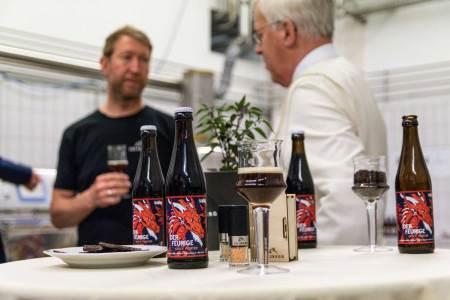 Der Feurige Schlägl Eine scharfe Sache ist das neue Bier aus Schlägl. Im Hintergrund: Thomas Schauer (Geschäftsführer Juliberg, l.) und Kämmerer Mag. Markus Rubasch (Stiftsbrauerei Schlägl).