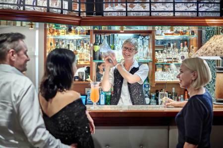 Lockerungen ab 1. Juli Mit dem Ende der Maskenpflicht für geimpfte, getestete oder genesene Mitarbeiter wie Gäste zieht in das heimische Gastgewerbe endlich wieder ein weiteres Stück Normalität ein.